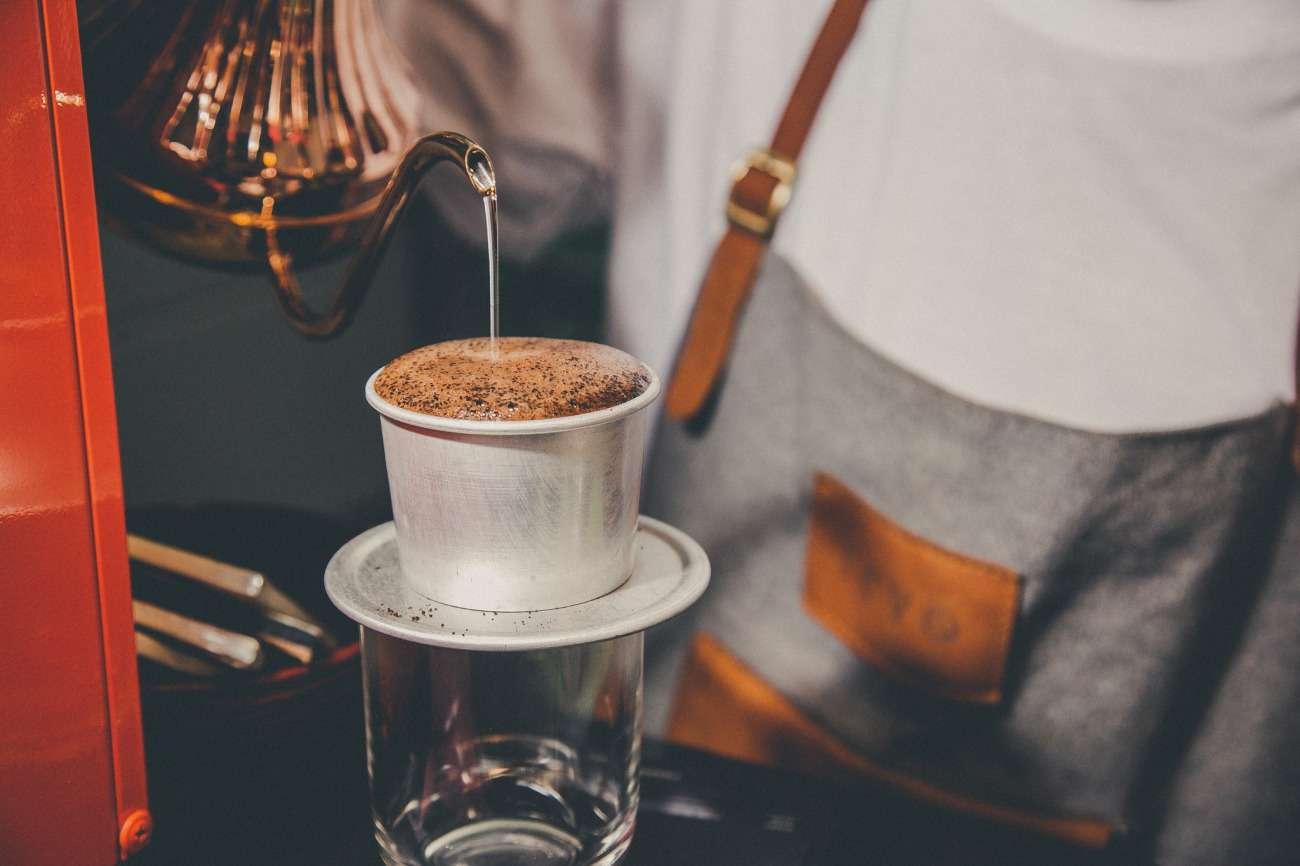 Cà phê phin được pha bằng chiếc phin đơn giản